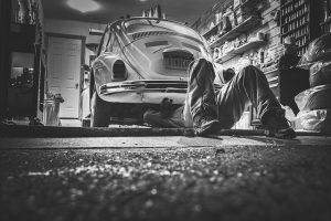 un garagiste travail sur une voiture