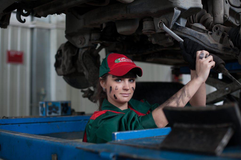 une femme décrasse un moteur diesel